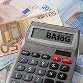 Taschenrechner mit Text BAföG auf Geldscheinen liegend