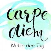 Carpe diem – Nutze den Tag. Künstlerischer Schriftzug auf Pastelltönen.
