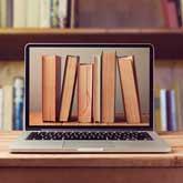 Bücherrücken auf Bildschirm von Laptop in einer Bibliothek