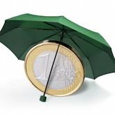 Symbolbild: Eine (überdimensionierte) 1-Euro-Münze unter einem Schirm