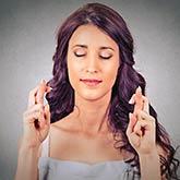 Frau mit gekreuzten Fingern