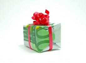 20 Euro-Scheine zu quadratischem Geschenk mit Schleife verarbeitet