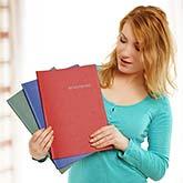 Junge Frau mit drei Bewerbungen in der Hand