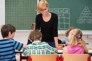 Junge Lehrerin vor der Schulklasse