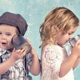 Ein Mädchen und ein Junge unterhalten sich über Konservendosen