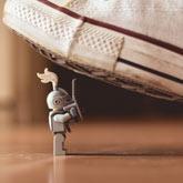 Lego-Ritter unter Schuh – und wird gleich zerquetscht.
