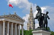 Wien: Österreichisches Parlament und Rathausturm vor blauen Himmel