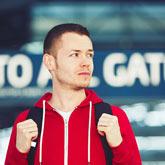 Reisender Mann im Flughafen
