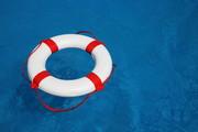 Rettungsring der im Wasser schwimmt