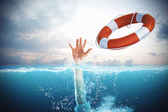Hand aus dem Wasser gestreckt, Rettungsring fliegt durch die Luft