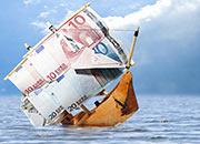Sinkendes Schiff mit Segeln aus Geldscheinen