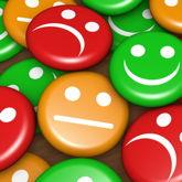 Menge von Smiley-Buttons in rot, orange und grün