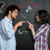 Paar streitet sich (vor Tafel mit Blitz und Donner-Symbolen)