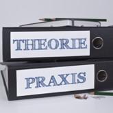 Ordner mit Aufschrift Theorie bzw. Praxis