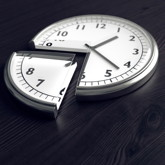 Uhr, von der ein Teil wie Kuchenstück herausgeschnitten ist