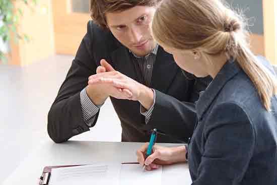 Ein Mann und eine Frau im Bewerbungsgespräch