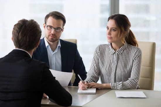 Bewerber im Gespräch mit HR-Verantwortlichen (je eine Frau und ein Mann)