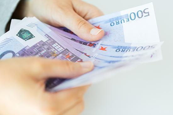 Eine Person hält Geld in der Hand