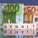 Das Wort Gehalt mit Scrabble-Steinen, im Hintergrund ein 100- und ein 50-Euro-Schein