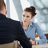 Eine Frau und ein Mann in einem Vorstellungsgespräch
