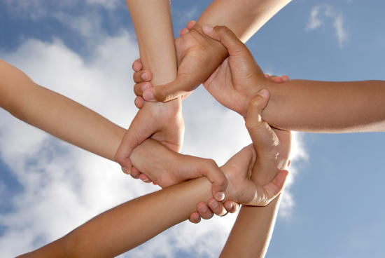 Netzwerk aus Armen und Händen