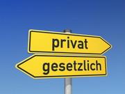 Zwei gelbe Wegzeiger mit den Aufschriften: gesetzlich und privat, die in entgegengesetzte Richtungen zeigen.