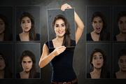 Frau hält Bilderrahmen um ihren Kopf, rechts und links Bilder von ihr mit verschiedenen Gesichtsausdrücken