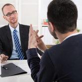 Chef und (künftiger) Arbeitnehmer in einem Gespräch