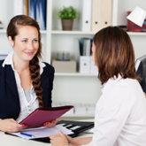 Zwei Frauen im Bewerbungsgespräch
