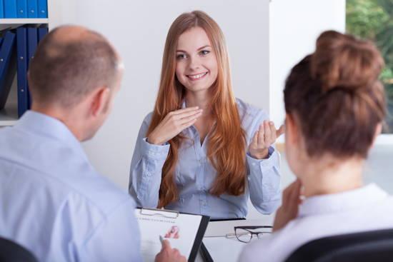 Ein Frau im Bewerbungsgespräch mit zwei Interviewpartnern