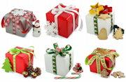 Bunt verpackte Geschenke mit Weihnachtlichen Details verziert.
