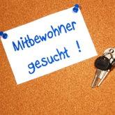 """Korktafel mit aufgepinntem Zettel """"Mitbewohner gesucht"""", daneben Schlüssel"""