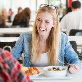 Studentin isst in der Mensa