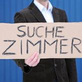 """""""Suche Zimmer""""-Schriftzug auf Pappe"""