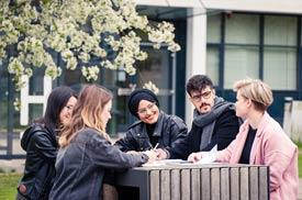 Studierende auf dem Campus der Hochschule Hannover
