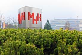 Stele mit dem Logo der MHH