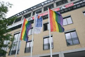 Regenbogenflagge vor der ASH Berlin