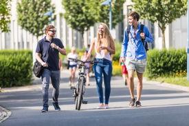 Drei Studierende auf dem Campus der EAH Jena