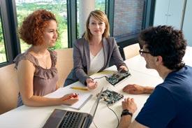 Studierende Embedded Systems im Seminarraum