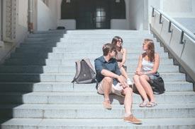 Studierende beim Eingang der HTWG