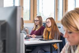 Studentinnen am PC