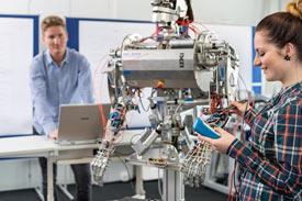 Student, Studentin und ein Roboter
