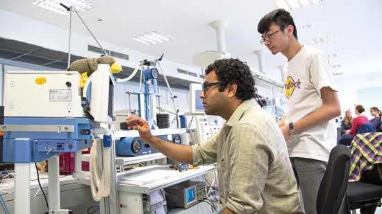 2 Menschen im Labor betrachten einen Bildschirm.