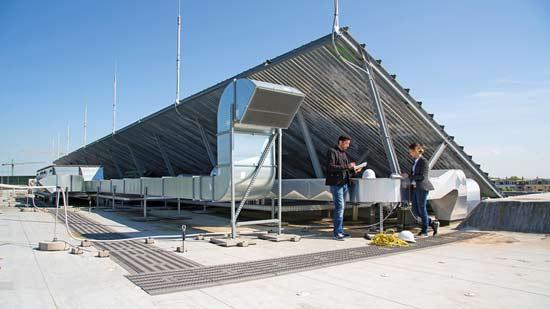 2 Menschen im Freien arbeiten unter einem Dach