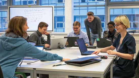Sechs Studierende der Softwaretechnik für verteilte Systeme.