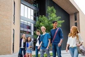 Studierende auf dem Campus der OVGU