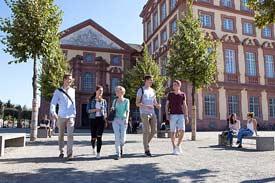 Studierende auf dem Ehrenhof