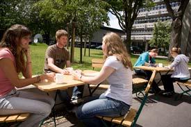 Studierende auf dem Campus der Hochschule Mannheim