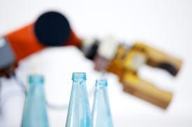 Roboterarm greift nach Flaschen