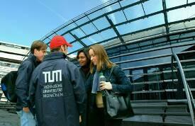 TUM Wienandsbau, Studierende vor dem Audimax.